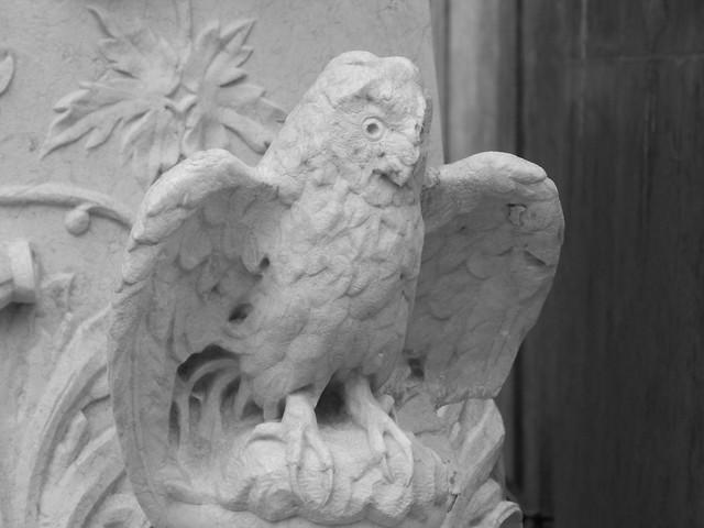 Búho en la tumba de Carvalho Monteiro en el Cementerio de los Placeres de Lisboa