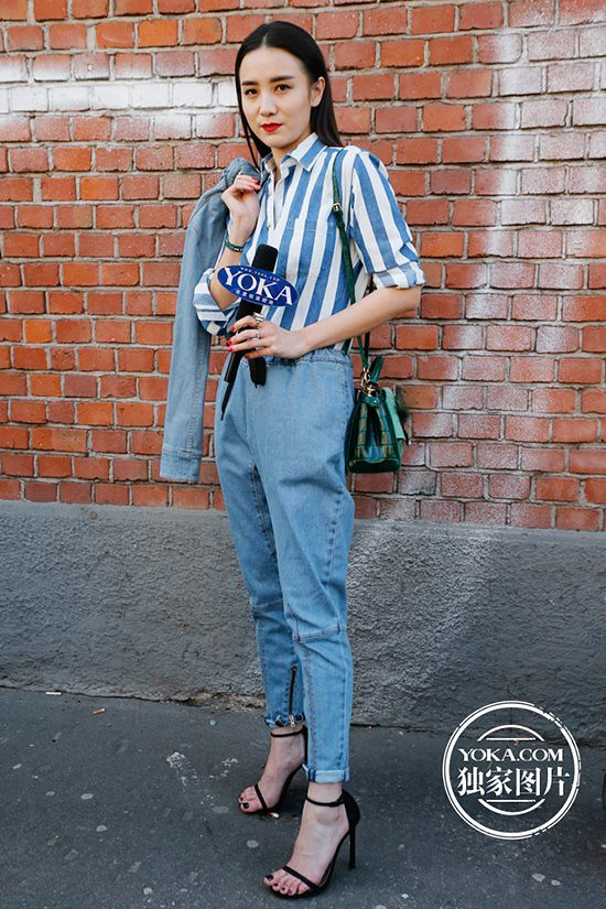 Face value garment product captures song Jia was wearing a vertical striped shirts with jeans foot light sandals, both atmospheric and handsome.