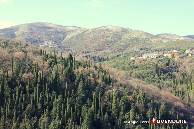 Μόλις στα 352 μέτρα το μεγαλύτερο υψόμετρο της διαδρομής, αλλά η θέα εντυπωσιακή προς τα βουνά της Βορειοανατολικής Κέρκυρας!