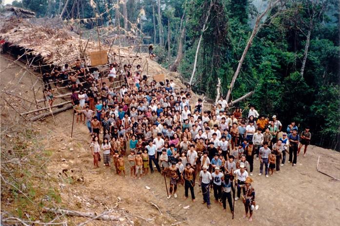 砂州政府未諮詢和獲得峇南族群的同意便策劃建造水壩,違反了馬來西亞政府曾簽署的「聯合國原住民權利宣言」;2013年10月23日原住民在KM 15與Long Lama兩處設置路障抵抗迄今!圖片來源:達邦樹。