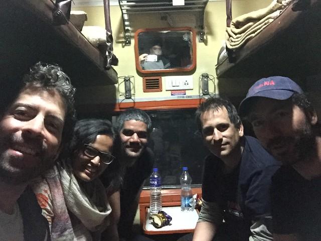 Con amigos en un tren a Agra (India)