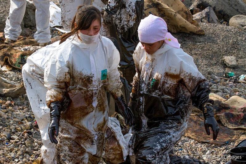 「德翔台北」輪擱淺發生頭幾天,鄰近居民迅速組成除污大隊,協助現場清除油污。攝影:Kai Chou。