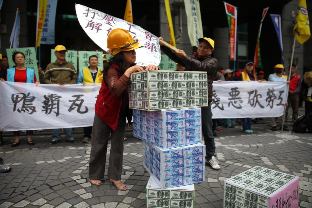 新海工會今天在新北市政府前上演行動劇,凸顯工會幹部遭資方打壓。(攝影:陳逸婷)