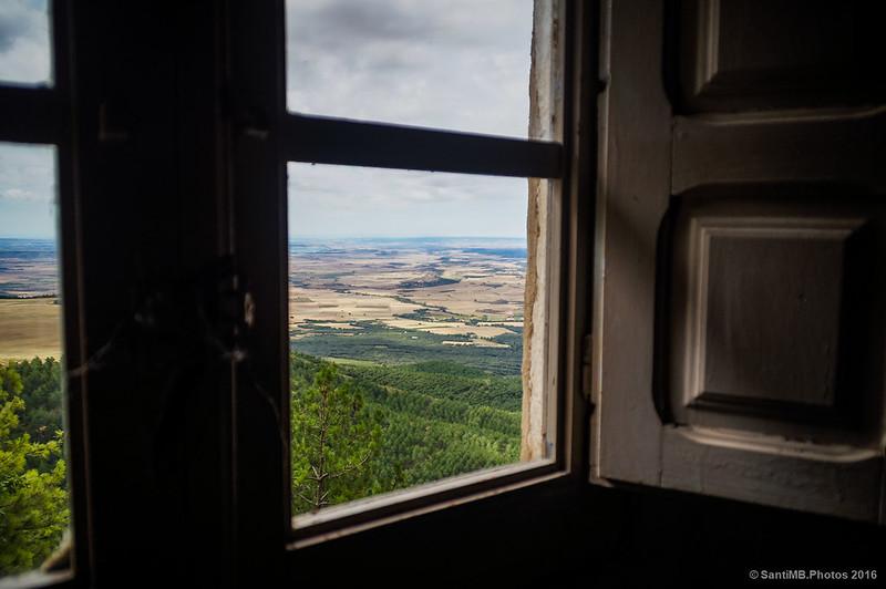 Mirando al exterior por la ventana