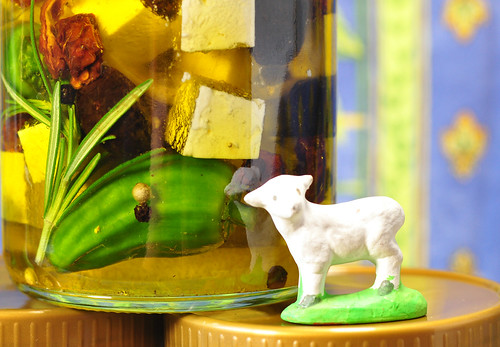 Schafskäse Feta einlegen pikant würzig Rezept Oliven Peperoni Zitrone Rosmarin getrocknete Tomaten Pfeffer Olivenöl Knoblauch Griechenland Schafe Santons Santonfigur Schaf Foto Brigitte Stolle 2016