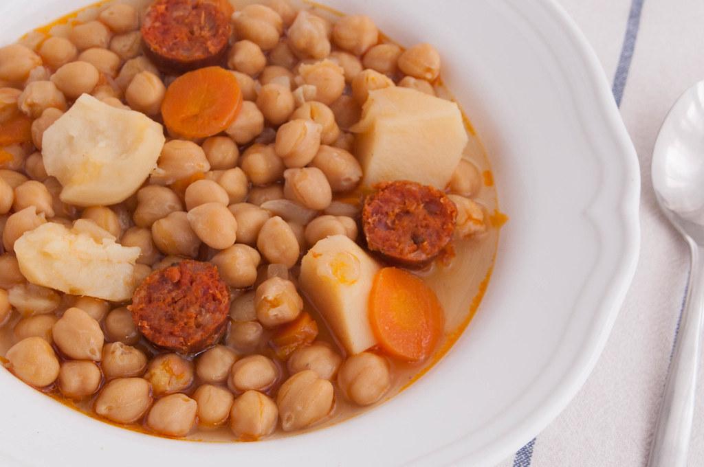 Cazuela de garbanzos con chorizo c mo preparar un guiso for Cocinar garbanzos con chorizo