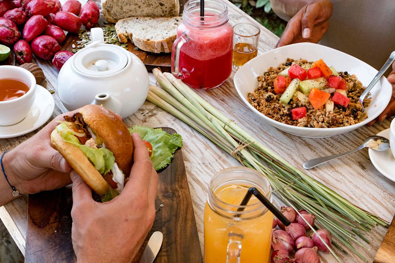 6-burger-salad-bowl-via-Monsieur-Spoon