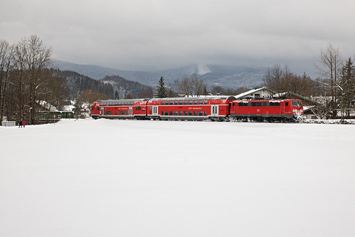 Der Zug hat gerade bei Siegsdorf die Weiße Traun überquert und rollt gen Traunstein