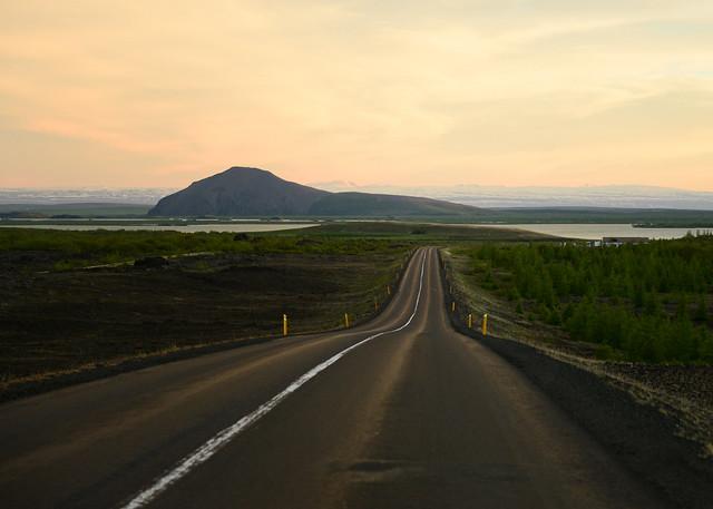 Carreteras de Islandia bajo la luz del sol de medianoche