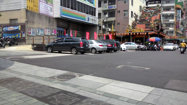 中華電信旁的入口廣場緊鄰福安宮,最早地方發展的核心區域,鋪設柏油路面而失去古樸特色。攝影:林倩如。
