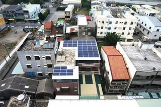 解放屋頂,法令提供屋頂綠化、光電和儲水設施獎勵辦法。圖片提供:高雄市工務局