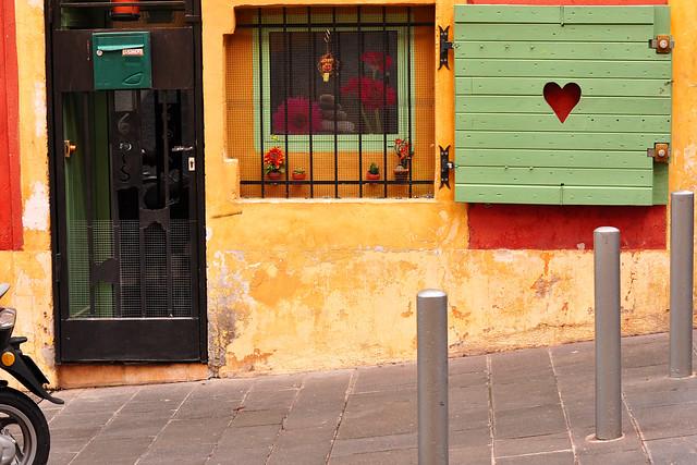 Nizza/Nice im Februar 2016. Abtauchen im Gewirr der Gässchen. Lebhaftes Treiben, Farben, Gerüche. Zur Ruhe kommen bei einem Café oder einem Glas Rotwein. Erste Impressionen vom Zauber der Altstadt.