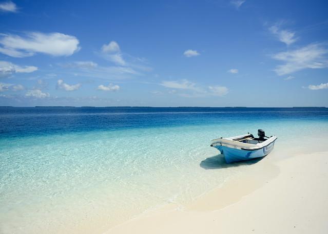 Barca de pescadores sobre aguas cristalinas que solíamos utilizar en nuestras excursiones baratas en Maldivas