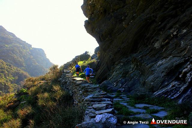 Βραχώδεις σχηματισμοί σε πολλά σημεία της διαδρομής, ιδιαίτερα κοντά στην Ιερά Μονή Παναχράντου και αργότερα στα Διποτάματα!