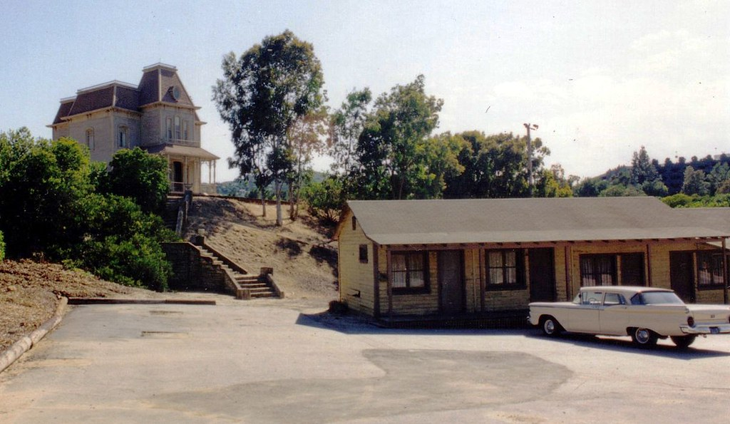 The Psycho set on the Universal lot, featuring a Ford Custom 300 similar to that driven by Janet Leigh in the film.