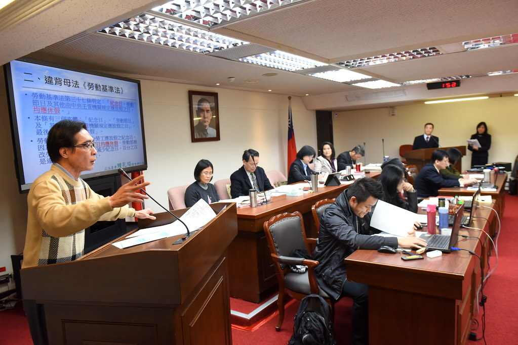 鍾孔炤(左一)等立委與勞動部長陳雄文展開辯論。(攝影:宋小海)