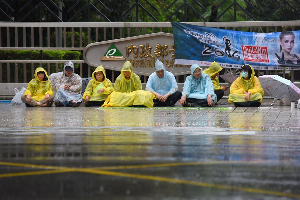 自救會成員在營建署前靜坐抗議。(攝影:宋小海)