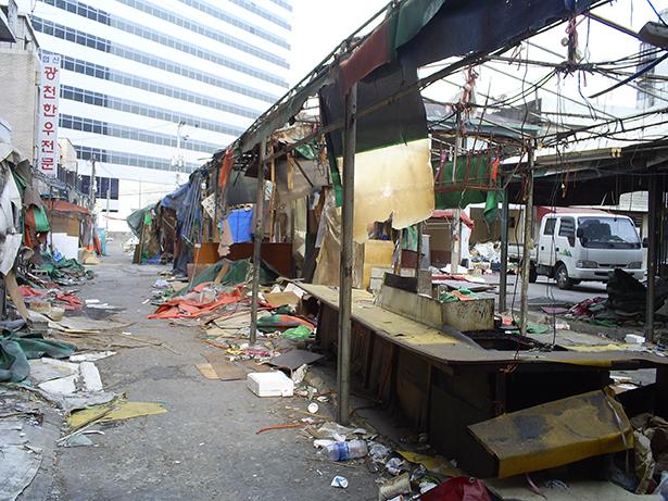 图三:《清空》,「这本来是我们买东西的市场,但现在已被拆除了。」(摄影:朴绚淑)