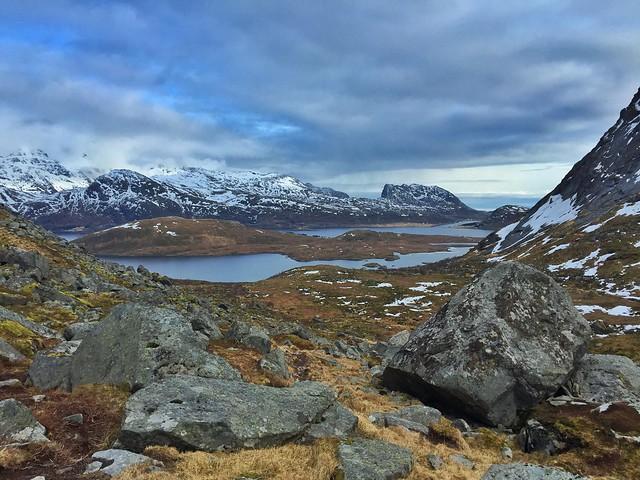 Paisaje que se ve en el trekking de la playa de las ballenas en Islas Lofoten (Noruega)