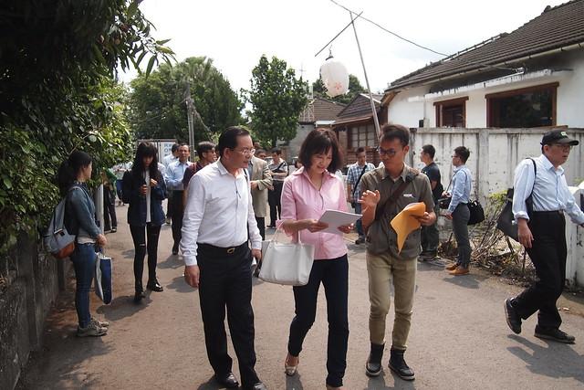 關心眷村保存的地方文資守護成員葉慶元(右)積極向立委陳情,希望盡快將其它宿舍群進行文資保護。攝影:李育琴。