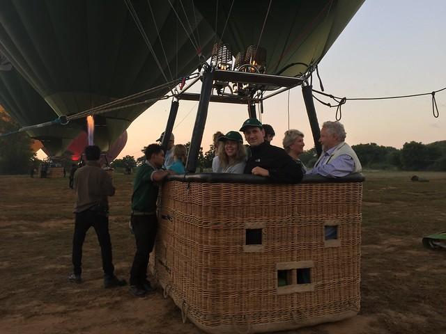 Sele y Rebeca subidos a un globo en Bagan (Myanmar)