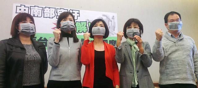 立委與學者要求台電減少使用燃煤發電。左起:蔡培慧、洪慈庸、何欣純、蘇治芬、莊秉潔