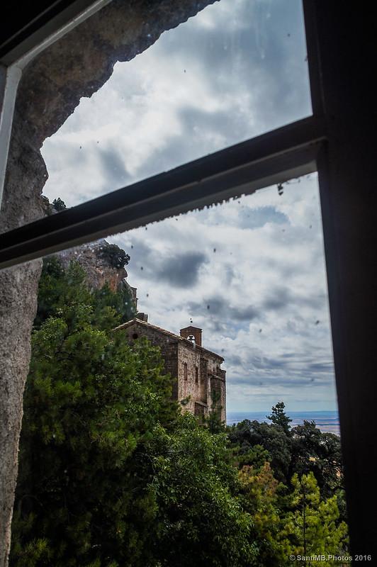 Mirando a la ermita por la ventana