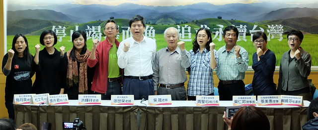 詩人吳晟(右五)發起環境優先陣線,挺綠社盟環保立委入國會。攝影:陳文姿