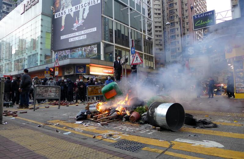 2月9日上午6時25分,香港旺角豉油街一帶焚燒中的雜物。(相片取自維基百科/作者:Wpcpey)