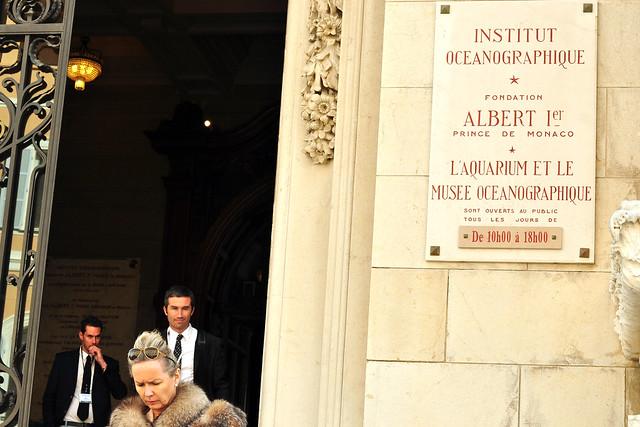 Ab sofort auf meiner Wunschliste: ein Besuch des Meereskundlichen Museums / Ozeanographischen Institutes (Institut Oceanographique) in Monaco. Bei unserem Kurztrip im März 2016 haben wir es nur von außen angeschaut. Von Jardin Saint-Martin kommend, spaziert man an einer Statue des Gründers Fürst Albert I. (Monument du Prince Albert 1er) vorbei, der sich auch als Forscher und Teilnehmer meereskundlicher Expeditionen einen Namen gemacht hat, und gelangt auf geradem Weg zum Museum. Einer der bekanntesten Leiter des Ozeanographischen Institutes, das 1910 eingeweiht wurde, war Jacques-Yves Cousteau (siehe altes Schwarz-Weiß-Foto mit Fürst Rainier III. und Gracia Patricia). Das Aquarium beherbergt über 70 Becken mit Fischen aus allen Weltmeeren und einem Saal, der sich den Expeditionen Albert I. widmet. Vor dem Eingang ist ein U-Boot zu sehen (Sous-marin biplace ANOREP I).