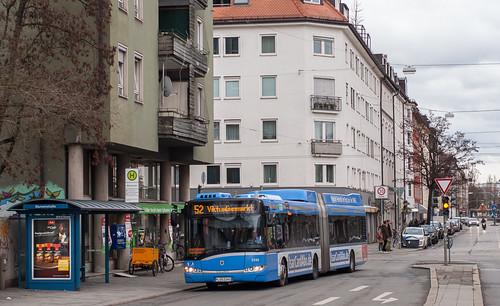 Der Solaris Hybridbus dreht noch fleißig seine Runden auf der Linie 52. Hier an der Haltestelle Blumenstraße
