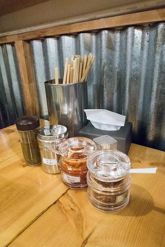 在鐵皮屋下配備了昆布醋, 芝士粉和辣醬等調味料