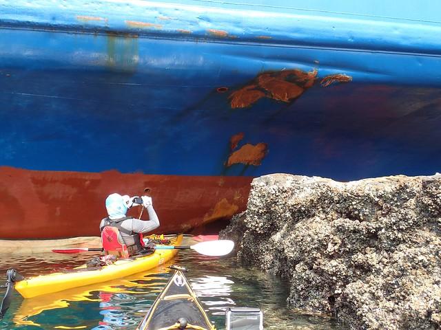 獨木舟玩家趁退潮時近距離檢查船身撞擊處。圖片來源:張祖德。