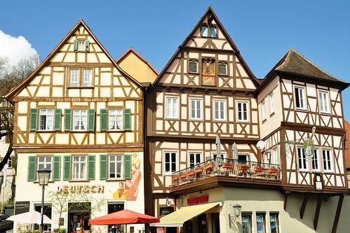 """Schwäbisch Hall liegt im fränkisch geprägten Nordosten Baden-Württembergs sehr idyllisch am Fluss Kocher. Die Fachwerkhäuser der Altstadt bieten schöne Fotomotive. Sie sind steinerne Zeugen einer geschichtsträchtigen Vergangenheit. Mittelalterliches Flair auf Schritt und Tritt. """"Hall"""" ist ein typischer Ortname der Salzgewinnung; es bedeutet """"Salz"""" und durch das """"weiße Gold"""" aus einer alten Salzquelle im Kochertal ist Schwäbisch Hall reich und berühmt geworden. Mit den Salzsiedern soll der historische Doktor Faustus einst gezecht haben, als er sich auf einer seiner Reisen in Hall aufgehalten hatte. Hall war Münzprägestätte und die Silbermünze der """"Heller"""" wurde zur Zeit Kaiser Barbarossas von Hall abgeleitet. Eine interessante Stadt für Kunst-, Architektur- und Geschichtsinteressierte. Zahlreiche Gebäude mit Vergangenheit prägen das Stadtbild: das barocke Rathaus, die Freitreppe, die hoch zur Kirche St. Michael führt und auf der im Juni und August die Freilichtspiele stattfinden, das Zeughaus, die Henkersbrücke, der Josenturm … Die heutige Touristeninformation war früher Trinkstube des Adels. Um das Gasthaus und heutige Hotel """"Goldener Adler"""" ranken sich alte Geschichten. Die gotische Brunnenanlage am Marktplatz, das frühere Fischdepot, ist mit den Dämonenbezwingern St. Michael, St. Georg und Simson verziert. Der Pranger zeugt von mittelalterlicher Gerichtsbarkeit – genau wie die Henkersbrücke (früher aus Holz, heute aus Stein), auf der das ehemalige Henkershäuschen, in dem der reichsstädtische Henker seinen Zoll erhob, heute noch vorhanden ist. Das große Büchsen- bzw. Zeughaus, """"Neubau"""" genannt, wurde ursprünglich in seinen oberen Stockwerken als Getreidekammer, im Erdgeschoss als Waffenarsenal genutzt. Es gibt viel zu entdecken und ein halber Tag hat uns fast nicht ausgereicht. Zum Glück ist Schwäbisch Hall nicht allzu weit entfernt, so dass es nicht unser erster und ganz sicher nicht unser letzter Besuch war. Foto Brigitte Stolle April 2016"""