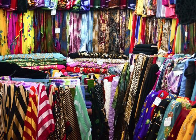 Trapos varios de seda en uno de los muchos puestos del Souq Waqif