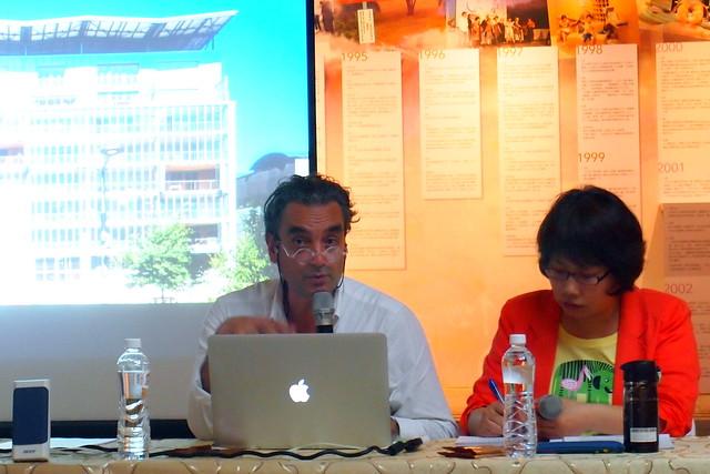 巴斯卡侯列在高美館演說,從氣候變遷下思考未來的建築解決方案。攝影:李育琴