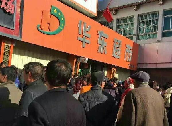 Junior girls in Gansu province jumped to his death was suspected of stealing was left standing in the supermarket, supermarket by police investigations