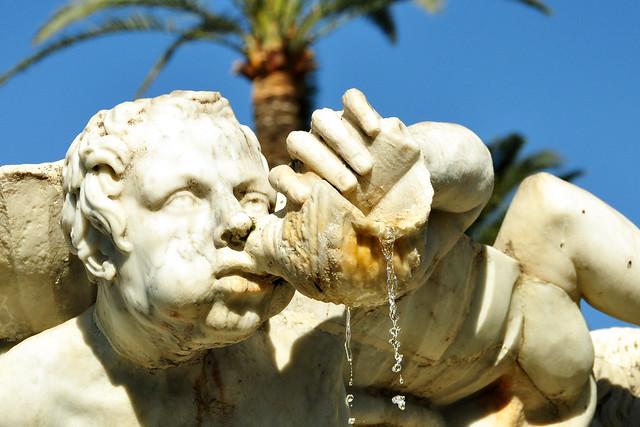 In Nizza gibt es jede Menge öffentlicher Gärten und Parkanlagen, kleiner und größere, viele davon mitten in der Stadt, so dass man sich zwischen den Besichtungstouren immer mal wieder ausruhen kann. Hier z. B. der Jardin Albert 1er / Garten Albert I., ein kleiner, hübscher, gepflegter Garten mit ein paar Ruhebänken ganz in Meeresnähe. Hier steht auch das Carrousel, das ich bereits gezeigt habe. Das berühmteste Objekt in diesem Garten ist allerdings der Tritonenbrunnen / Fontaine des Tritons. Tritonen sind Meeresgötter aus der griechischen Mythologie. Besonders in der Barockzeit wurden Tritonen-Skulpturen gerne als Brunnenfiguren verwendet.
