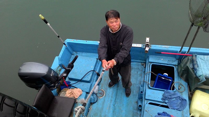 因油污造成損壞,漁民許大哥剛換新引擎,卻忘了拍照存證。攝影:林倩如。