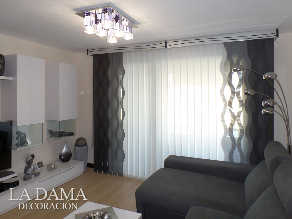 Cortina vertical de ondas con galer a decorativa for Cortinas salon gris y blanco