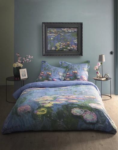 Inspiré de trois œuvres du célèbre claude monet le linge de lit becquet se métamorphose en véritables champs de coquelicots et se pare de nymphéas