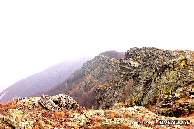 The crossing of the ridge next to the ravine is very impressive. Someone can notice far away in the picture the beech forest, which marks the start of the descent!