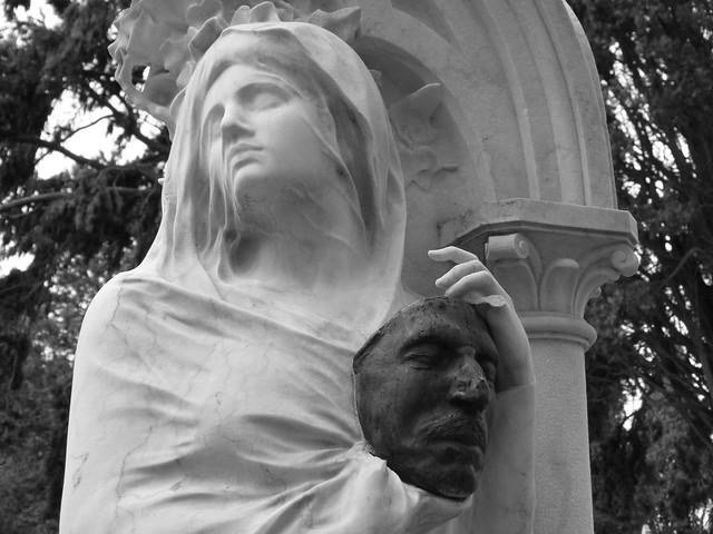 Estatua en el Cementerio de los Placeres de Lisboa
