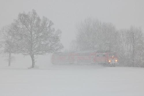 Die Doppelstockgarnitur kämpft sich bei Traundorf durch das dichte Schneegestöber