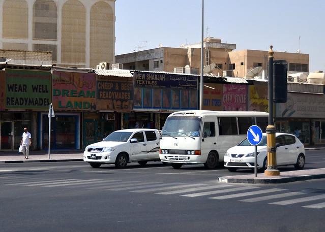 Una calle cualquier de Doha en Qatar con sus carteles y coches