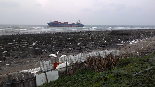 遠眺德翔台北輪,後半段船體傾斜約45度。攝影:林倩如。