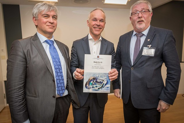 Geir Toskedal (KrF) har tidlegare avvist at KrF vil opna for tvangssamanslåingar. Her saman med Jan Tore Sanner og André Skjelstad. Svaret er venta i løpet av kort tid. Foto: KMD