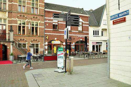 """Venray ist ein holländisches Städtchen in der Provinz Limburg. Aus Limburg kommt der Limburger Käse. Gefallen hat mir der Bienenkorb im Wappen von Venray. Die bedeutende Landwirtschaft rund um den Ort liefert Blumen, Obst, Gemüse. Auf dem Markt sind mir jetzt, im April, ganz besonders die leuchtenden Erdbeeren (""""Hollandse Aardbeien""""), die wunderschönen Artischocken und der Spargel aufgefallen. Und was ist Kibbeling? Es ist ein niederländisches Fischgericht: Fisch in mundgerechte Stückchen zerteilt und in Backteig frittiert. Hier ein paar Venray-Impressionen, Fotos und Fotocollagen: Brigitte Stolle April 2016"""