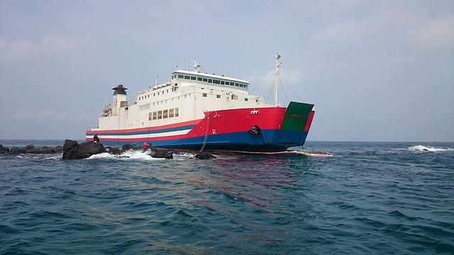 耘海輪擱淺在屈爪嶼岸際,位於小白沙嶼正北方。圖片來源:陳盡川。