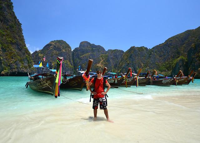Posando en Maya Bay junto a los longtail de colores de la playa